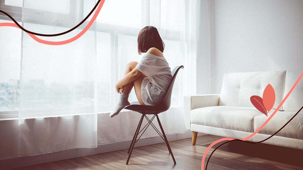 menina jovem sentada sozinha