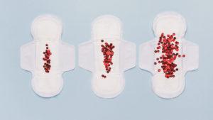 absorventes cobertos de lantejoulas representando pouco fluxo menstrual