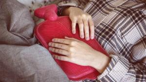 mulher tendo cólica fora do período menstrual