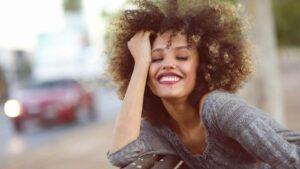 mulher jovem sorrindo com autoestima alta