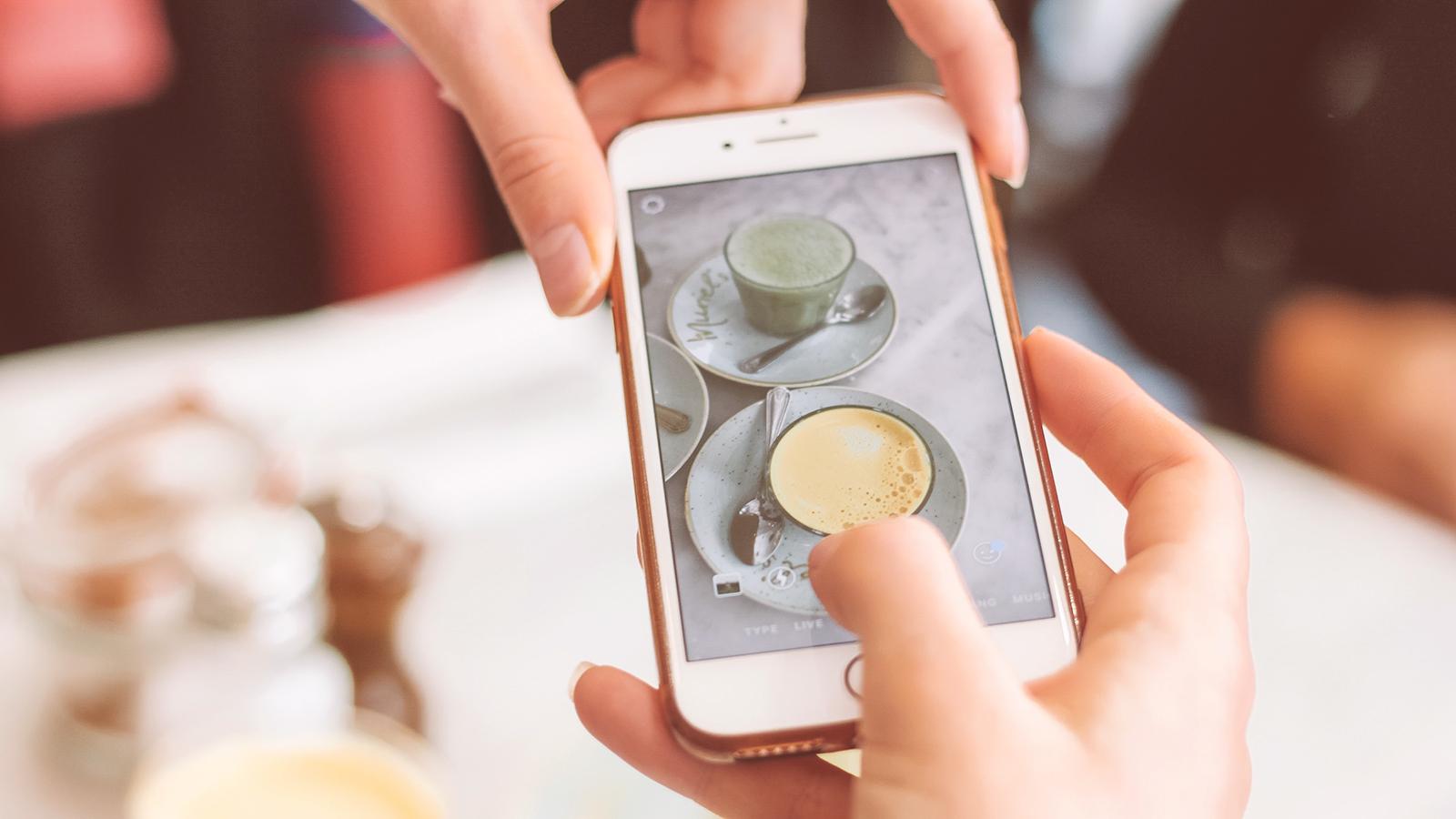 mãos femininas usando um iphone para tirar fotos para instagram
