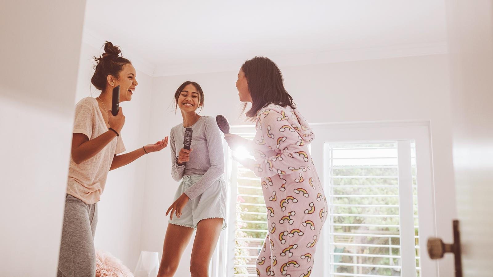 jovens cantando em festa do pijama