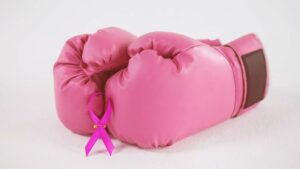 luvas de box rosa com o símbolo do outubro rosa
