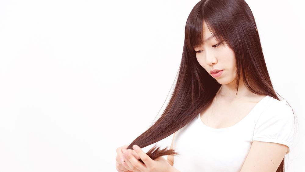 mulher jovem dando dicas de cabelo liso