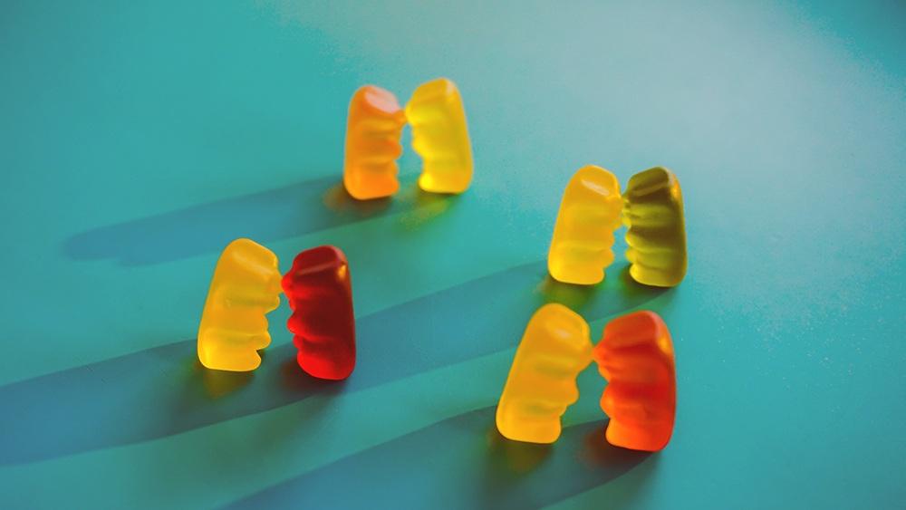 ursinhos de goma em casais simbolizando como perder a virgindade