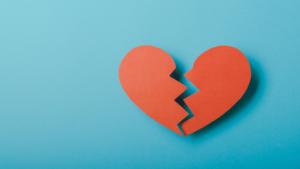 Coração partido demonstrando os sentimentos do fim de relacionamento.
