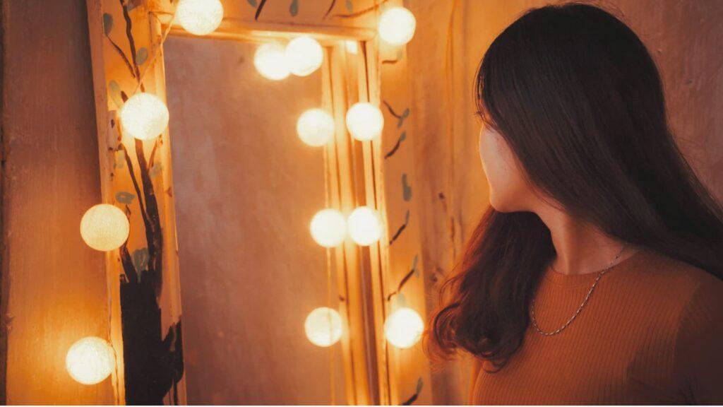 Menina se olhando no espelho.